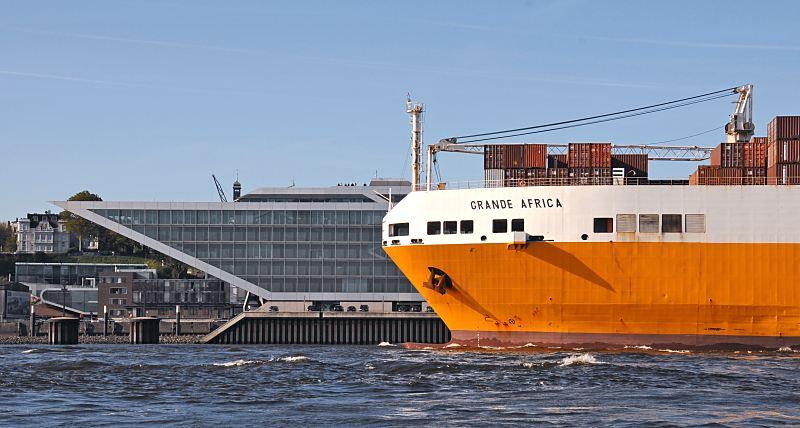 Hamburger schiffsbilder frachtschiff vor hamburg for Moderne architektur hamburg